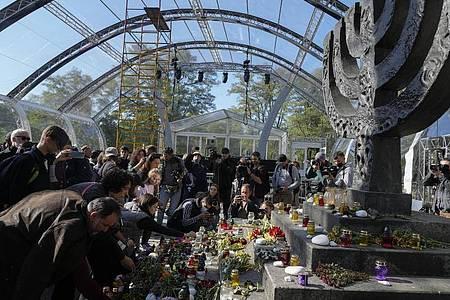 Menschen beten an einer Gedenkstätte für die Opfer des Massakers an jüdischen Bürgern in Babyn Jar (Altweiberschlucht). Foto: Efrem Lukatsky/AP/dpa