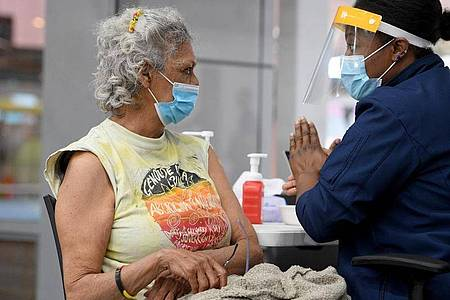 Aunty Jenny Munro (l), australische Wiradjuri-Älteste und Aktivistin für die Rechte indigener Völker, nach einer Covid-19-Impfung in Australien. Foto: Dan Himbrechts/AAP/dpa