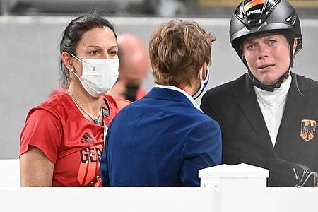 Fünfkampf-Trainerin Kim Raisner (l) wurde vom Weltverband sanktioniert - Annika Schleu (r) nicht. Foto: Marijan Murat/dpa
