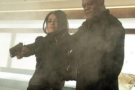 "Salma Hayek als Sonia Kincaid und Samuel L. Jackson als Auftragskiller Darius Kincaid in einer Szene des Films ""Killer`s Bodyguard 2"". Foto: David Appleby/Telepool/dpa"