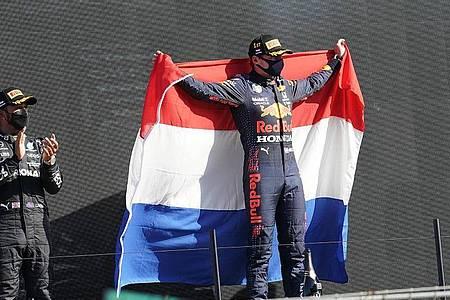 Ließ bei seinem Heimspiel in Zandvoort Weltmeister Lewis Hamilton (l) hinter sich: Max Verstappen. Foto: Hasan Bratic/dpa