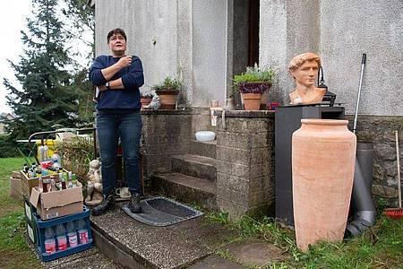 Manuela Göken steht vor ihrem neuen Haus in Hümmes am Rande des Ahrtals. Foto: Boris Roessler/dpa