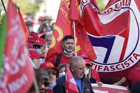 Italiens Gewerkschaften haben die antifaschistische Demonstration als Reaktion auf einen rechtsextremen Angriff organisiert. Foto: Andrew Medichini/AP/dpa