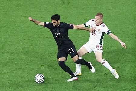 Wird weiter für die deutsche Fußball-Nationalmannschaft auflaufen: Ilkay Gündogan (l). Foto: Christian Charisius/dpa