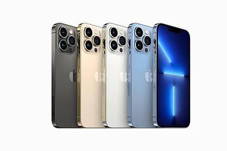 Die Displays des iPhone 13 Pro (ab 1149 Euro) unterstützen eine adaptive Bildwiederholrate von bis zu 120 Hertz. Das Kamera-System der Max-Variante wurde komplett erneuert (ab 1249 Euro). Foto: Apple Inc./dpa-tmn