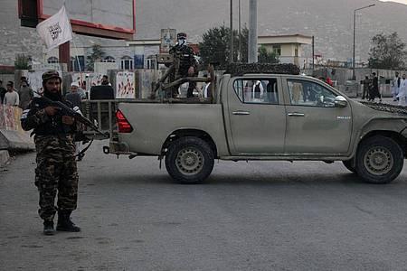 Ein Mitglied der Taliban steht in Kabul Wache. Bei einem Bombenanschlag in der afghanischen Hauptstadt wurden nahe einer Trauerfeier für die Mutter eines hochrangigen Taliban-Funktionärs mehrere Zivilisten getötet. Foto: Saifurahman Safi/XinHua/dpa