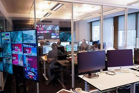 Im Regie-Raum des neuen TV-Senders «Bild». Foto: Jörg Carstensen/dpa