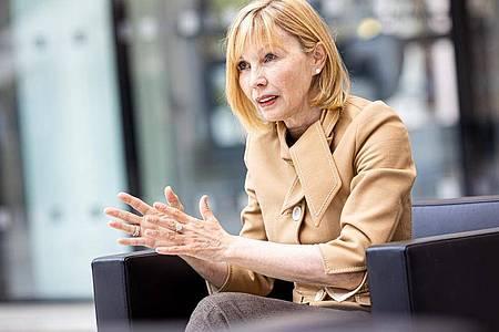 Doris Schröder-Köpf (SPD) während eines dpa-Interviews am 08.07.2021. Die 58-Jährige meldet sich nach ihrer schweren Herz-OP Ende 2020 und zwei anschließenden Schlaganfällen zurück. Foto: Moritz Frankenberg/dpa