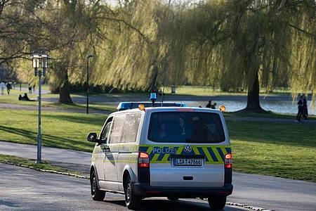 Polizei in Halle/Saale auf Streife. Bei frühsommerlichen Temperaturen fällt es vielen schwer, die Ausgangsbeschränkungen einzuhalten. Foto: Hendrik Schmidt/dpa-Zentralbild/dpa