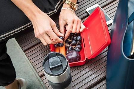 Trauben sind ein idealer Snack für zwischendurch - der enthaltene Frucht- und Traubenzucker liefert schnell Energie. Foto: Christin Klose/dpa-tmn