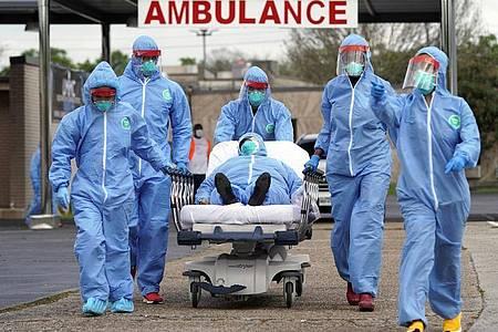 Ein Covid-Patient wird in der Anfangsphase der Pandemie 2020 in ein Krankenhaus in Houston gebracht. Seitdem sind in den USA mehr als 700.000 Menschen am Coronavirus gestorben. Foto: David J. Phillip/AP/dpa