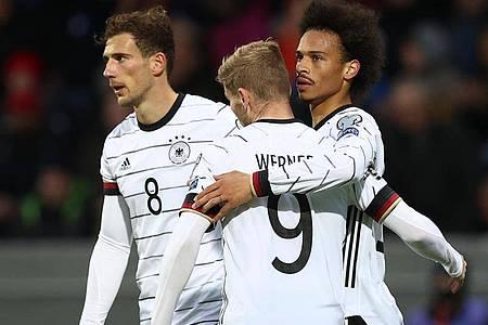 Der DFB-Sturm um Timo Werner (M.) und Leroy Sané (r) läuft wieder runder. Foto: Christian Charisius/dpa