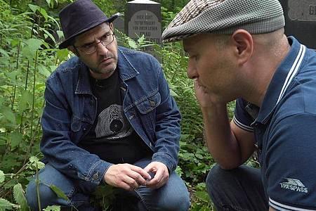 Dory Manor und Moshe Sakal auf dem Jüdischen Friedhof Weißensee in Berlin. Foto: rbb/ARD/dpa