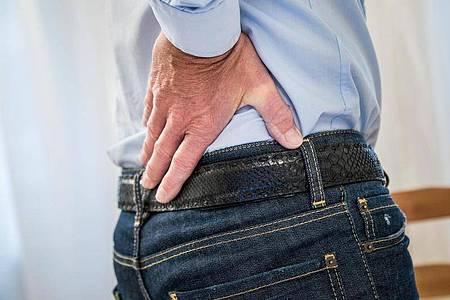 Im fortgeschrittenen Stadium kann Prostatakrebs für Knochenschmerzen im unteren Rücken sorgen. Foto: Christin Klose/dpa-tmn