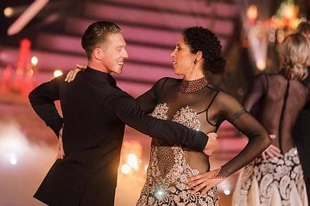 Ex-Fußballerin Steffi Jones und Valentin Lusin tanzen in der RTL-Tanzshow «Let`s Dance» im Coloneum. Foto: Rolf Vennenbernd/dpa