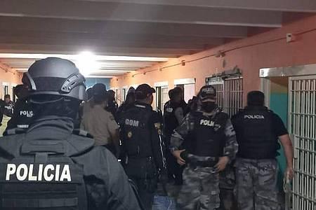 Bei gewalttätigen Auseinandersetzungen zwischen verfeindeten Banden sind in dem Gefängnis in Ecuador zahlreiche Häftlinge ums Leben gekommen. Foto: Policía Nacional de Ecuador/XinHua/dpa