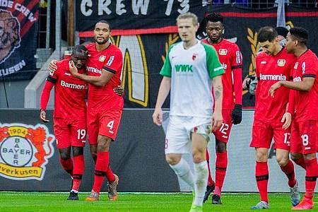 Leverkusens Moussa Diaby (l) wird nach seinem Treffer zum 1:0 von Teamkollege Jonathan Tah (2.v.l.) gedrückt. Foto: Rolf Vennenbernd/dpa