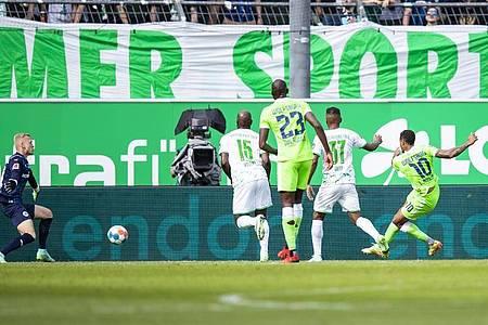Wolfsburgs Lukas Nmecha (r) schießt den Ball zur Führung ins Tor. Foto: Tom Weller/dpa