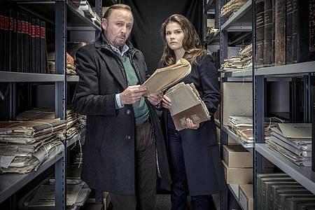 Nina Petersen (Katharina Wackernagel) und Karl Hidde (Alexander Held) wälzen Aktenberge. Foto: Gordon Timpen/ZDF/dpa