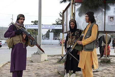 Kämpfer der Taliban stehen nach dem Abzug der USA vor dem internationalen Flughafen in Kabul. Foto: Khwaja Tawfiq Sediqi/AP/dpa