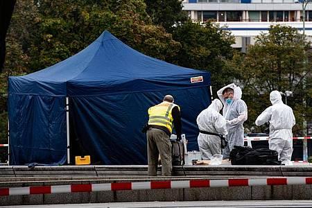Kriminaltechniker am Berliner Alexanderplatz unterhalb des Fernsehturms neben einem Zelt. Dort wurde am Morgen eine Leiche gefunden. Foto: Paul Zinken/dpa