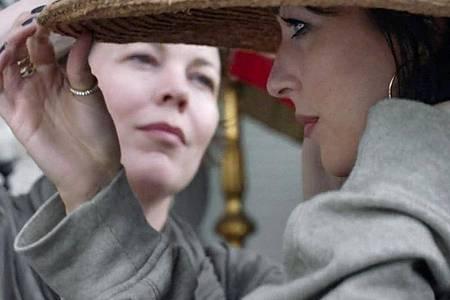 Olivia Colman (l) und Dakota Johnson in einer Szene des Films «The Lost Daughter». Foto: Yannis Drakoulidis/Netflix via AP/dpa