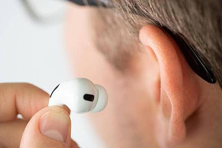 Einmal ausprobieren, bitte: Bei In-Ohr-Kopfhörern sollten Käufer nicht nur auf die technische Ausstattung, sondern auch auf den Tragekomfort großen Wert legen. Foto: Franziska Gabbert/dpa-tmn