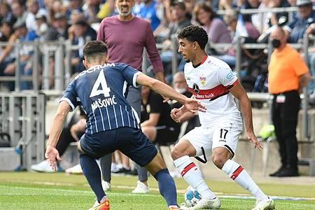 Stuttgarts Omar Marmoush (r) versucht sich im 1:1-Duell an der Seitenlinie gegen Bochums Erhan Masovic durchzusetzen. Foto: Bernd Thissen/dpa