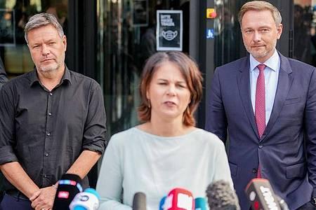 Robert Habeck (l) kritisierte die Andeutungen von Christian Lindner (r) als «nicht hilfreich». Foto: Kay Nietfeld/dpa