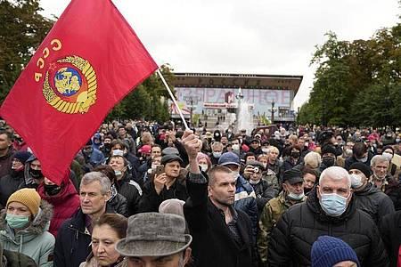 Demonstrierende versammeln sich während eines Protests gegen die Ergebnisse der Parlamentswahlen in Russland. Symbolbild. Foto: Pavel Golovkin/AP/dpa