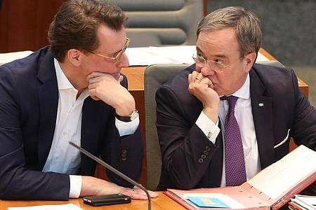Nordrhein-Westfalens Verkehrsminister Hendrik Wüst (l) gilt als Favorit, aber noch ist unklar, wen Armin Laschet (r) als seinen Nachfolger als Ministerpräsidenten vorschlagen wird. Foto: Roland Weihrauch/dpa