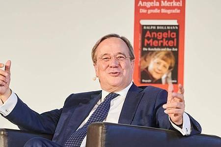 Union-Kanzlerkandidat Armin Laschet stellt eine Merkel-Biografie vor. Foto: Annette Riedl/dpa
