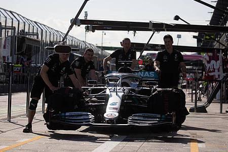 Hier bereitet das Mercedes-Team das Rennauto des britischen Formel-1-Fahrers Hamilton für das Rennen vor. Das wuurde nunu abgesagt. Foto: Chris Putnam/ZUMA Wire/dpa