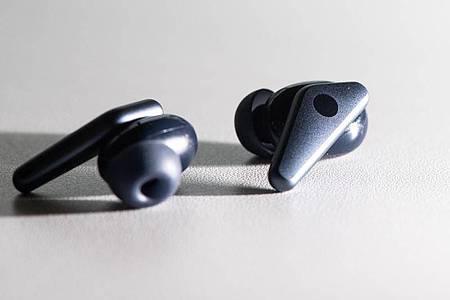 Ob die Libratone Air+ richtig im Ohr sitzen, ermittelt ein Passtest in der App. Für verschiedene Ohrgrößen liegen unterschiedlich große Silikonpassstücke bei. Foto: Franziska Gabbert/dpa-tmn
