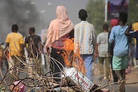 Pro-demokratische Demonstranten in Khartum blockieren mit Feuer die Straßen. Die EU droht den Putschisten in der ostafrikanischen Republik Sudan mit einem Stopp von Entwicklungshilfezahlungen. Foto: Ashraf Idris/AP/dpa