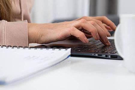 Bei der Suche nach einem passenden Beruf oder Studium können Online-Tests hilfreich sein. Foto: Christin Klose/dpa-tmn