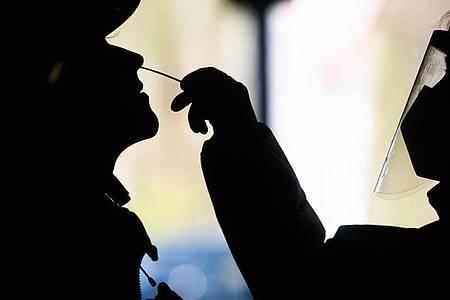Eine Frau (l) wird in Hannover auf das Coronavirus getestet. Bei der Sieben-Tage-Inzidenz in Deutschland gibt es derzeit wenig Dynamik. Foto: Julian Stratenschulte/dpa