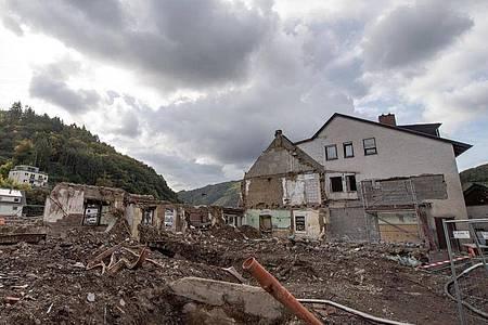Ein zerstörter Gasthof am Ufer der Ahr in Dernau. Foto: Boris Roessler/dpa