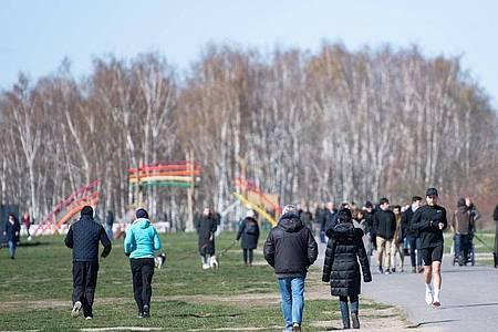 Menschen gehen trotz der Empfehlung des Gesundheitsministeriums zuhause zu bleiben, im Mauerpark in Berlin spazieren. Foto: Christophe Gateau/dpa