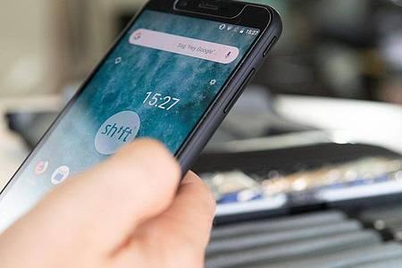 Smartphone-Hersteller Shiftphone kann für viele seiner Komponenten und verwendeten Rohstoffe belegen, woher diese kommen. Allerdings: Wirklich bis zur einzelnen Mine zurückverfolgen lässt sich der Weg oft nicht. Foto: Franziska Gabbert/dpa-tmn