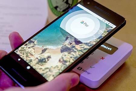 Google Pay (Bild) bietet neben dem Bezahlen nicht so viele Funktionen rund um Tickets wie Apple Wallet. Foto: Jens Büttner/dpa-Zentralbild/dpa-tmn