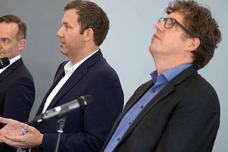 Volker Wissing (FDP, l-r), Lars Klingbeil (SPD) und Michael Kellner (Bündnis 90/Die Grünen) bei einer Presssekonferenz. Im Ringen um die Bildung einer neuen Bundesregierung könnte es zur Vorentscheidung kommen. Foto: Kay Nietfeld/dpa