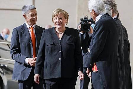 Bundeskanzlerin Angela Merkel und ihr Ehemann Joachim Sauer bei ihrer Ankunft. Foto: Andrew Medichini/AP/dpa