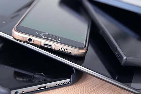 Statt ausgediente, aber noch funktionsfähige Smartphones daheim versauern zu lassen, kann man sie online versilbern. Foto: Karolin Krämer/dpa-tmn