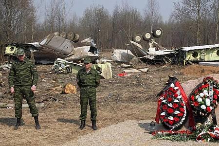 Russische Soldaten im April 2010 vor dem Wrack der Tupolev Tu-154. Foto: picture alliance / dpa