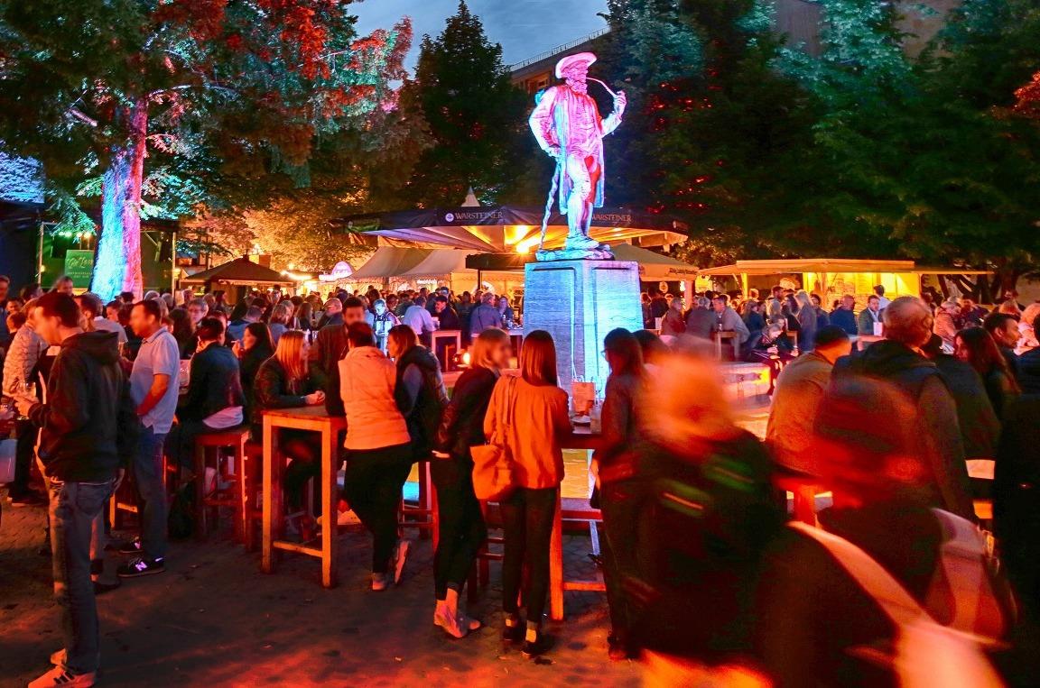 Der Altstädter Kirchpark rund um den Leineweber-Brunnen verwandelt sich zum Leineweber-Markt in einen gemütlichen Biergarten mit einzigartiger Atmosphäre. www