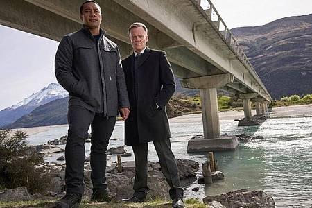 Ankunft Detective Ariki Davis (Dominic Ona-Ariki, l) mit seinem neuen Vorgesetzten Stephen Tremaine (Joel Tobeck) zum Todesfall an der berüchtigten Selbstmörder-Brücke One Lane Bridge in Queenstown (undatierte Filmszene). Foto: Great Southern TV/All3Media International/ZDF/Arte/dpa
