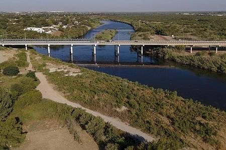 Die Brücke, die die Städte Del Rio in den USA und Ciudad Acuna in Mexiko, verbindet. Foto: Nick Wagner/XinHua/dpa