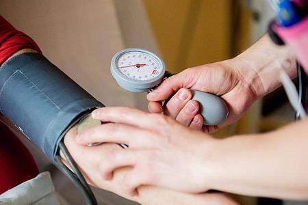 Fast jeder zweite Mensch mit Bluthochdruck weltweit weiß nach neuen Studienergebnissen nichts von seiner lebensgefährlichen Krankheit. Foto: Christoph Soeder/dpa/Archivbild