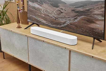 Neues Front-Design und Dolby Atmos für Filme wie Musik: Die neue Beam-Soundbar (499 Euro) bietet Sonos in Weiß und Schwarz an. Foto: Sonos/dpa-tmn